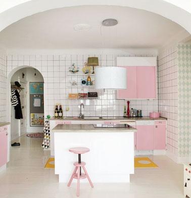Parquet blanc et meubles de cuisine roses en d co girly - Parquet dans la cuisine ...