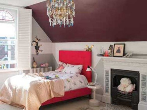 peinture chambre de fille aubergine sur un mur sous pente. Black Bedroom Furniture Sets. Home Design Ideas
