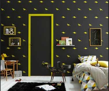 Exceptionnel Chambre Enfant Avec Murs Peints Noirs Et Frise Dinosaures Jaune. Pour Plus  De Dynamisme L