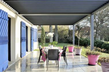 Aménagez une petite terrasse sous la pergola connectée afin d'en faire un lieu de vie du quotidien en hiver comme en été ! Une pergola astucieuse, bioclimatique et design ouverte sur l'extérieur pour agrandir votre maison