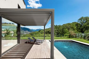 Une inclinaison adaptable pour les lames en aluminium de cette pergola qui vous permettra de vous détendre à l'ombre au bord de la piscine pendant les beaux jours ! Une pergola astucieuse et connectée pour vous protéger du soleil