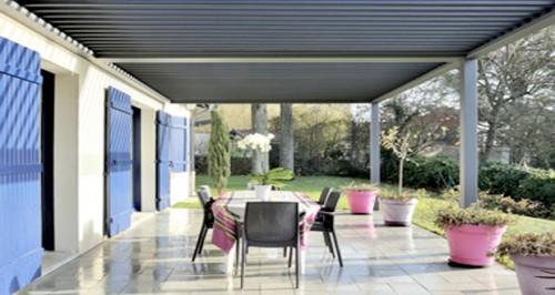 am nager une pergola bioclimatique ouverte sur votre jardin. Black Bedroom Furniture Sets. Home Design Ideas