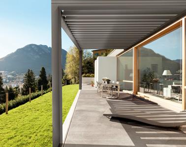 Pour profiter des beaux jours, aménagez une pergola connectée munie d'écrans Zip Screen pour vous protéger du soleil et pour vous relaxer à l'ombre ! Une bonne idée pour obtenir une pièce en plus dans la maison ouverte sur l'extérieur.