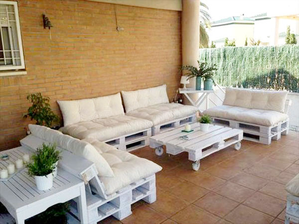 petit salon de jardin blanc en palette sur une terrasse. Black Bedroom Furniture Sets. Home Design Ideas