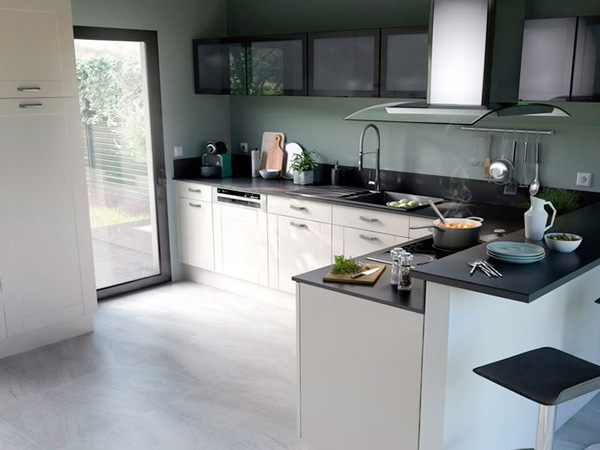 Une petite cuisine noire et blanche ultra fonctionnelle - Cuisine petite et fonctionnelle ...