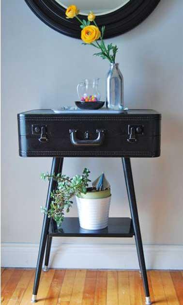 Autre idée de petite table à réaliser avec une valise et un trépied de récup repeints en noir à poser par exemple dans l'entrée ou le couloir.