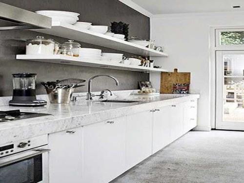 Plan de travail en marbre blanc dans une cuisine blanche for Cuisine blanche mur gris anthracite