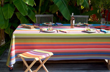 Serviettes de table, nappe 250 x 160 cm et pliant collection toiles et tissus multicolores Zanzibar Soleil. Modèle disponible en set de table, coussins et transat Tissage de Luz