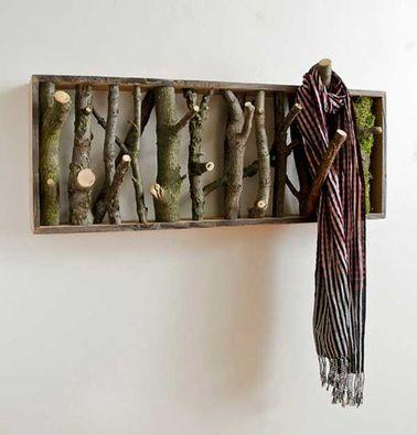 Fabriquez ce superbe porte-manteaux en rondins de bois pour insuffler un vent de nature dans votre intérieur. Attachez-y vestes, écharpes ou même vos colliers !