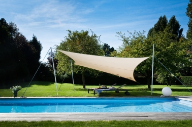 Comment prot ger sa terrasse ou sa piscine avec un voile d for Comment fixer un voile d ombrage