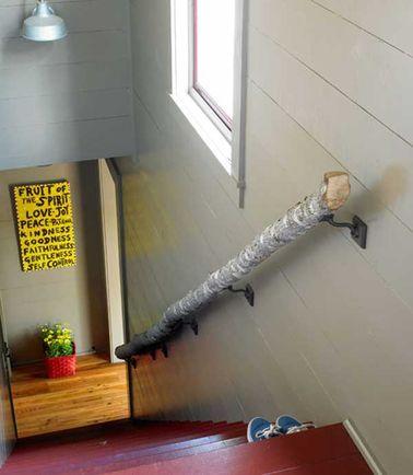 Les rondins de bois s'invitent dans un escalier contemporain pour un max d'effet et une déco personnalisée. Utilisez un simple tronc de bois pour faire cette rampe.
