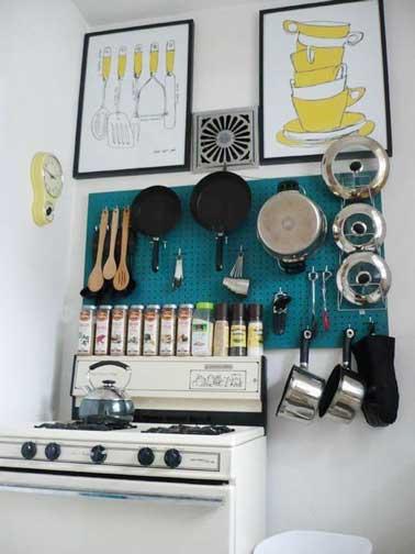 Rangement accessoires cuisine sur cr dence en bois - Gagner de la place dans un studio ...