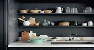 L'organisation d'un rangement de cuisine sans placards peut se faire déco. Meublede cuisineouvert, range bouteille, petite étagère d'angle ou étagère au dessusdu plan de travail, des rangementsdéco sur les murs delacuisine