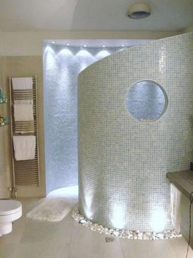Salle de bain design en carrelage mosa que blanc et bleu for Deco sdb design