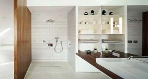un parterre galet et un panneau en bois comme toile de fond pour mixer jacuzzi et douche dans une salle de bain au milieu dun jardin zen - Salle De Bain Zen