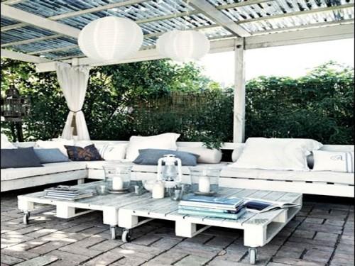 Salon de jardin en palette avec banquette dans un patio - Faire un salon de jardin en palette ...
