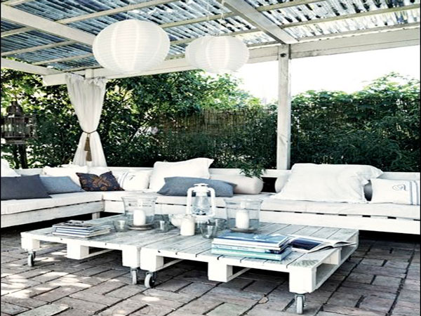 salon de jardin en palette avec banquette dans un patio. Black Bedroom Furniture Sets. Home Design Ideas