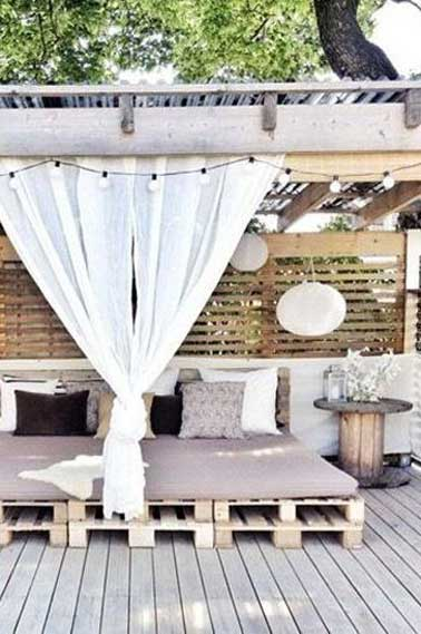 salon de jardin en palette sous patio et terrasse bois. Black Bedroom Furniture Sets. Home Design Ideas