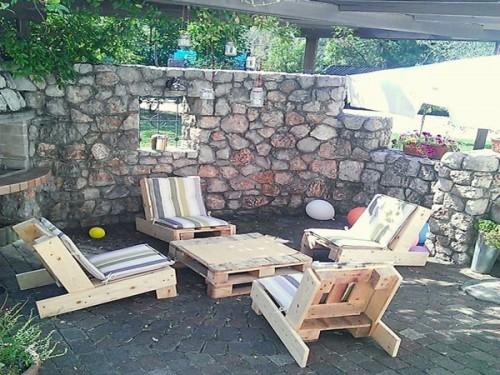 salon de jardin en palette sur une terrasse en pierre. Black Bedroom Furniture Sets. Home Design Ideas