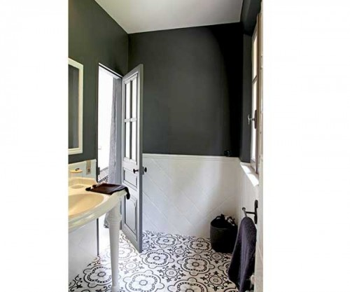 sol carreaux de ciment dans petite salle de bain moderne. Black Bedroom Furniture Sets. Home Design Ideas