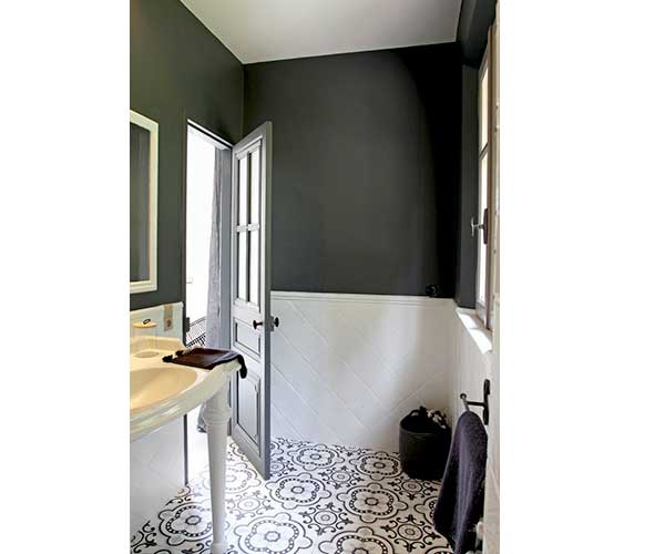 La d co salle de bain en carreaux de ciment c 39 est chouette for Salle de bain carrelage anthracite