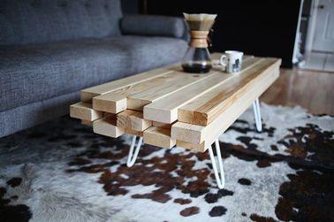 Fabriquer sa table basse est facile, rapide et esthétique. Avec un canapé gris et un grand tapis, la décoration de votre petit salon est originale et moderne.