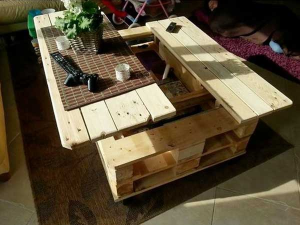 Une table basse palette pivotante c'est pratique pour faire sa déco de salon. A faire avec trois palettes et un mécanisme de levage