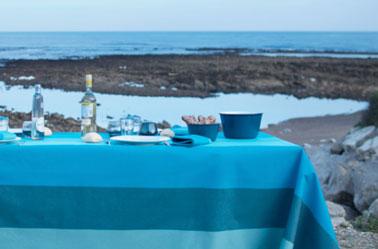 Déco mer pour la nappe en tissu 300 x 180 cm et les serviettes de table assorties collection Luz Atlantique. Modèle disponible aussi en torchons. Tissage de Luz.