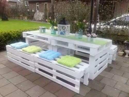 Table de repas et bancs dans un salon de jardin en palette - Deco jardin en palette nice ...