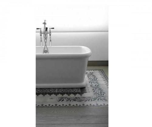 tapis de carreaux de ciment sous baignoire dans salle de. Black Bedroom Furniture Sets. Home Design Ideas
