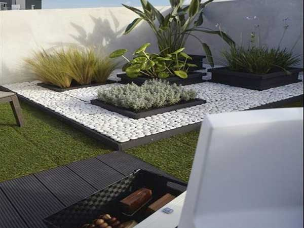 Terasse pelouse et galets blancs pour creer un jardin zen for Decoration jardin galets blancs