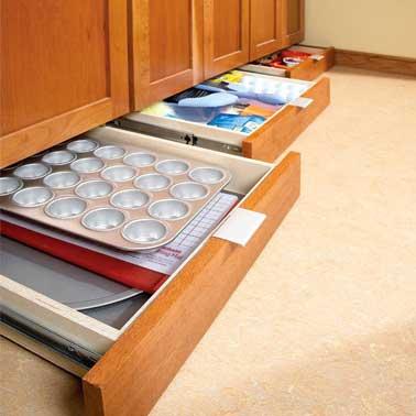 Le dessous des meubles de cuisine, un espace perdu qui peut être utilisé pour y placer des tiroirs de rangement à la place des plinthes. Une bonne astuce pour ranger les accessoires non utiles au quotidien dans une grande ou petite cuisine