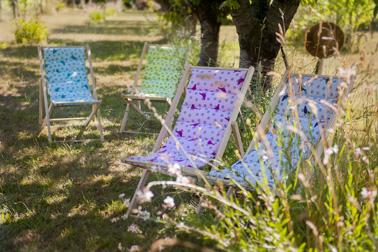 Pour les beaux jours, on met de la couleur dans le jardin avec ces jolis transats matelassés ultra confortables. Pour un jardin convivial et coloré afin de profiter de votre espace extérieur en famille pendant l'été.