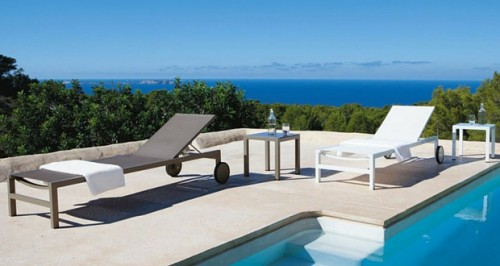 Un transat ou un bain de soleil pour d corer son jardin et - Bain de soleil pour piscine ...