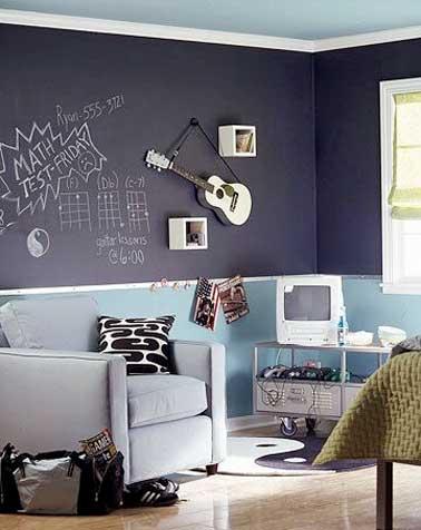 Peinture tableau noir pour dynamiser la déco de chambre ado. Cet espace d'expression est structuré avec des baguettes en bois blancs et marié à une peinture bleu pastel.