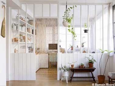 Verri re int rieure blanche pour une d co cuisine scandinave - Separer une piece en deux avec un rideau ...