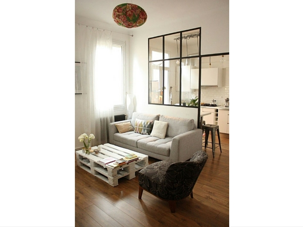 une verri re int rieure aux montants noirs qui d limite salon et cuisine avec coin repas. Black Bedroom Furniture Sets. Home Design Ideas