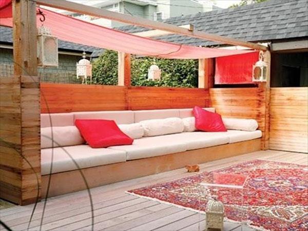 voile d ombrage dans un salon de jardin en palette. Black Bedroom Furniture Sets. Home Design Ideas