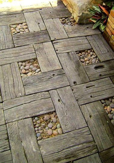 Ecolo dans l'âme, vous avez envie d'une allée de jardin réalisée avec des matériaux de récup ? Disposez de simples planches en bois dans un motif régulier pour un résultat vraiment sympa !