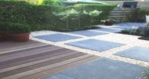 Une all e de jardin en dalles de b ton et galets - Allee de jardin en beton ...