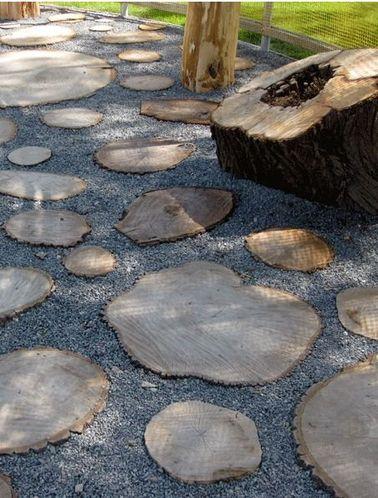 Pourquoi ne pas utiliser ce qu'il reste de vos arbres coupés pour aménager une allée de jardin authentique et qui fait de l'effet ? Cette déco conviendra à des extérieurs rustiques.
