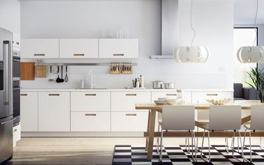 Le style nordique, contemporain mais chaleureux, convient bien pour la réalisation d'une cuisine blanche : le blanc, le bois et un tapis en damier forment un ensemble cohérent.