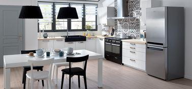 Il est facile d'adapter une cuisine blanche à vos envies: ici, une crédence en carreaux de ciment et de l'électroménager noir et gris donnent du cachet à la pièce sans alourdir.