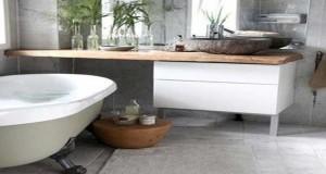 Aménagerl'espace, les rangements et la déco dans une petite salle de bain la mission est possible. entre carrelage, revêtement et couleur en mural et sol, une petite salle de bain joue les grandes