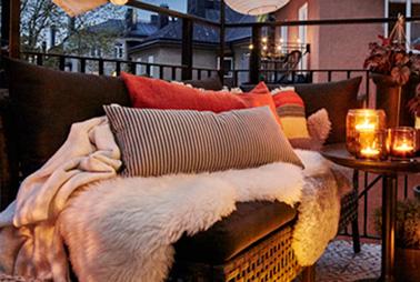 Pour aménager une terrasse qui invite à la détente, on mise sur un salon de jardin confortable et des coussins douillet ! Une déco 100% cocooning pour se relaxer à l'extérieur tout l'été