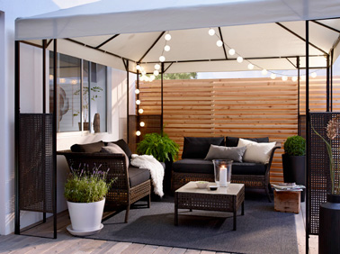 la d co terrasse accueille le salon de jardin et sa tonnelle. Black Bedroom Furniture Sets. Home Design Ideas