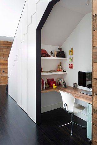 Si vous avez des escaliers dans la maison, maximiser votre espace en aménageant un coin bureau sous les escaliers ! Une bonne idée pour gagner un maximum de place et créer une petite pièce en plus. Pratique !