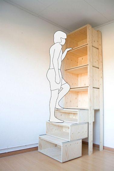 Voilà une astuce rangement à retenir pour exploiter toute la hauteur sous plafond. les premiers casiers de rangement en bois sont empilés à la façon des marches d'escalier afin d'accéder facilement aux casiers du haut
