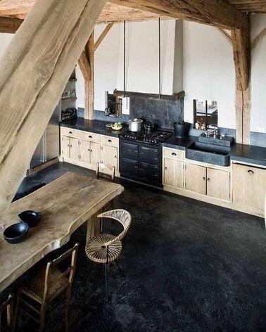 Une belle cuisine ouverte rustique en noir et bois