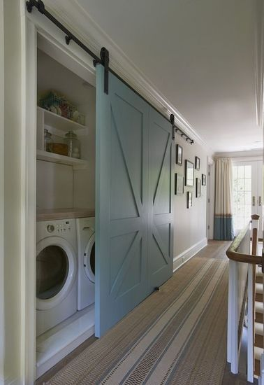 La buanderie se cache dans ce placard pour être facilement accessible et ne pas dénaturer votre déco maison. Un plan de travail et des étagères ont été aménagés pour faciliter la corvée du linge.